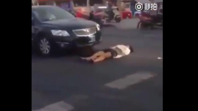 VIDEO : Pura-pura Ditabrak, Lihat Apa yang Dialami Wanita ini
