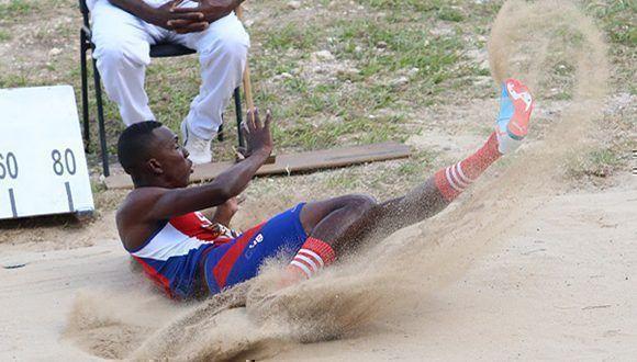 Díaz tuvo su mejor golpe en la Copa Cuba, donde se coronó amparado por salto de 17.40 metros; el mejor de su tierna carrera deportiva.