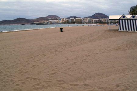 Cuida las playas. Playa limpia con recipientes para la basura