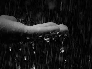 Капли дождя падают в ладонь