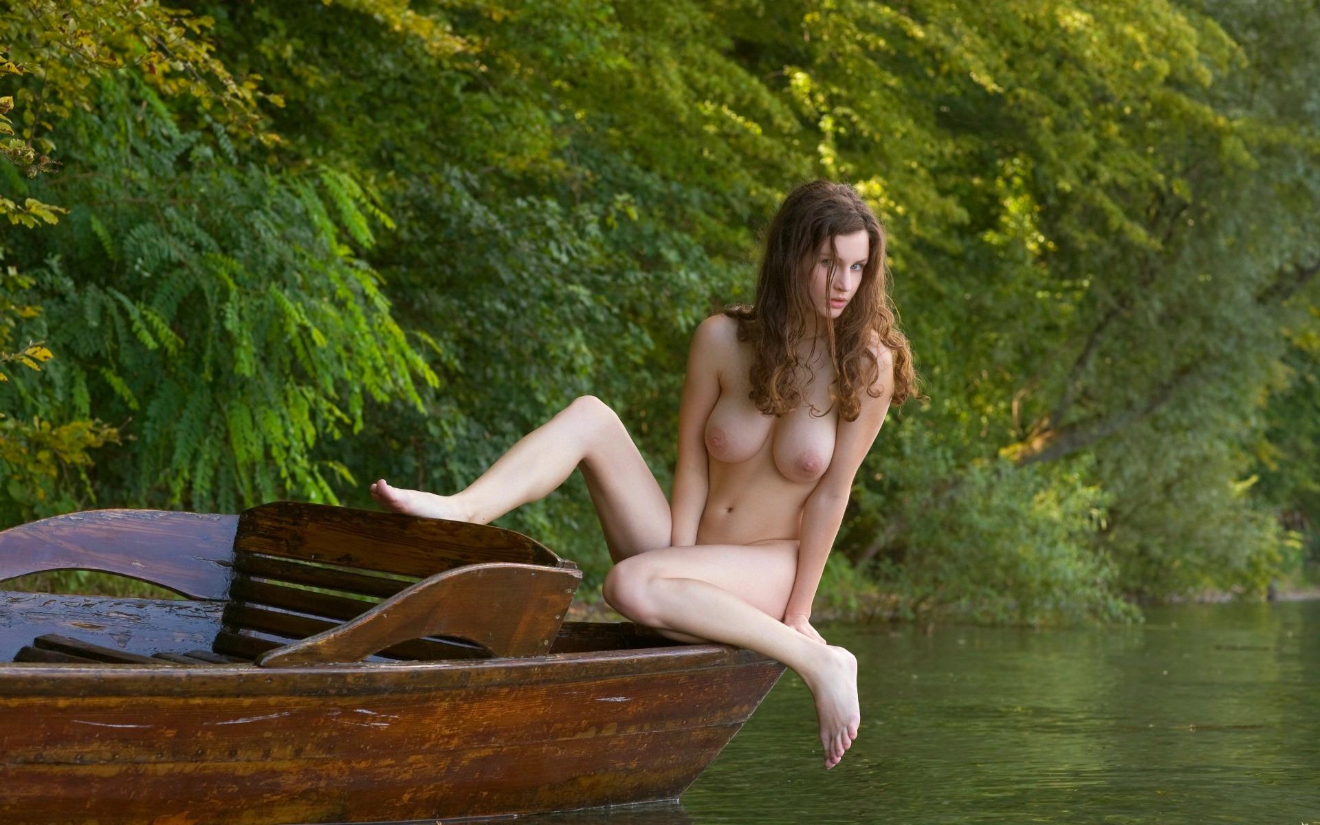 голые девушки в лодке