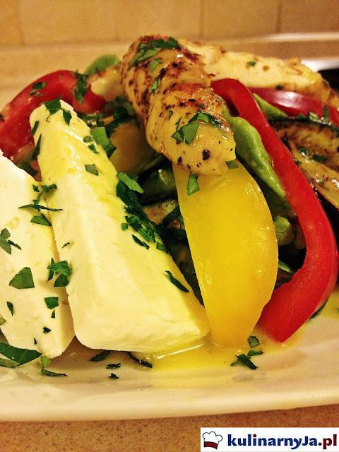 Sałata rzymska z polędwiczkami z kurczaka, bakłażanem, cukinią i papryką