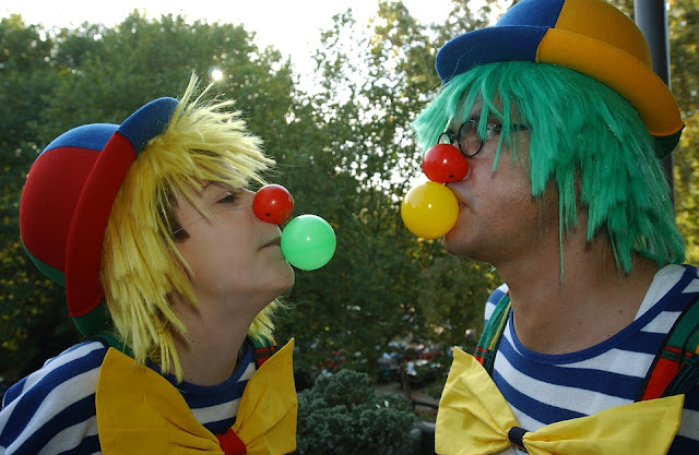 Image: Clowns chewing gum bubbles, by Thomas Tangelder on Pixabay