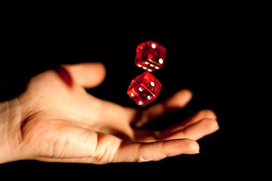 nhiều người thường nghĩ rằng gieo xúc xắc là trò chơi có kết quả ngẫu nhiên