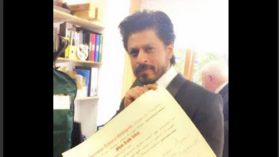 डॉक्टरेट की मानद उपाधि के सर्टिफिकेट के साथ तस्वीर शाहरुख ने अपने ट्विटर पर साझा की्।