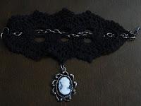 Pulseira de crochê com corrente e camafeu - Criada e confeccionada por Pecunia MillioM