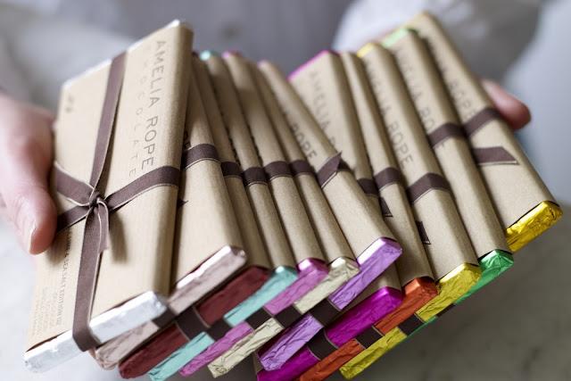 Дарим шоколадки! Советы, рекомендации, оригинальная упаковка своими руками, Шоколадные карандаши в пенале (МК), Кому какие шоколадки дарить ?, Есть виды шоколада, с которыми можно попасть впросак., Шоколадно-праздничное настроение, Шоколад необычной или провокационной формы, Шоколад с экзотическими или необычными добавками, Белый шоколад, как дарить шоколад, как упаковать шоколад, какие виды шоколада выбрать для подарка, как красиво упаковать шоколад, необычный шоколад, как сделать необычный подарок, шоколад в одежде, горький шоколад, шоколад на день учителя, шоколад на 1 сентабря, как дарить шоколад, самый лучший подарок, молочный шоколад, подарок на 9 марта, подарок на день влюбленных, подарок на праздник, сувенирный шоколад, маленький презент, подарок по случаю, любителям шоколада, какой шоколад лучше,http://prazdnichnymir.ru/ Дарим шоколадки! Советы, рекомендации, оригинальная упаковка своими руками