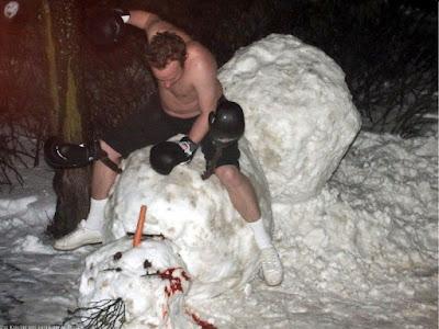 Verrückte Männer im Winter - Schneemann kaputt schlagen witzig