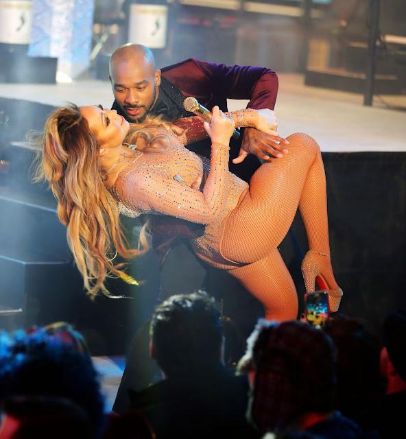 Mariah Carey – Performing  in Times Square