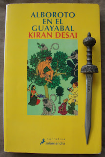 Portada del libro Alboroto en el guayabal, de Kiran Desai