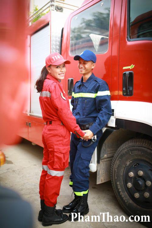 Bộ ảnh cưới đẹp và dễ thương của hai lính cứu hỏa