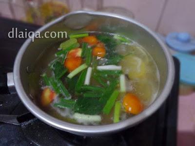masukkan tomat, daun bawang dan seledri
