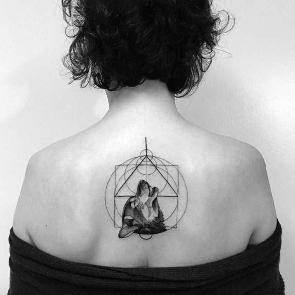 geometrik sırt dövmesi kurt figürü