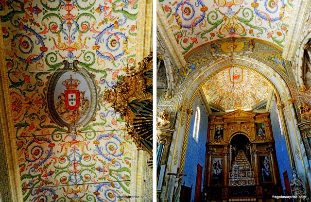 Decoração do teto e o altar-mor da Capela de São Miguel, na Universidade de Coimbra