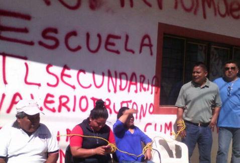 Padres de familia amarran a maestros indígenas de Oaxaca