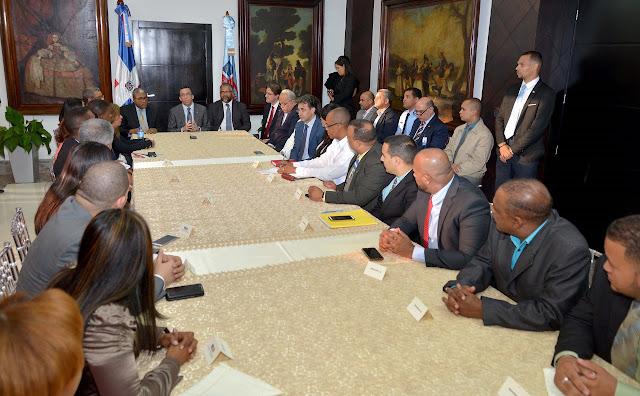 Navarro instruye a nuevos directores regionales a trabajar con transparencia