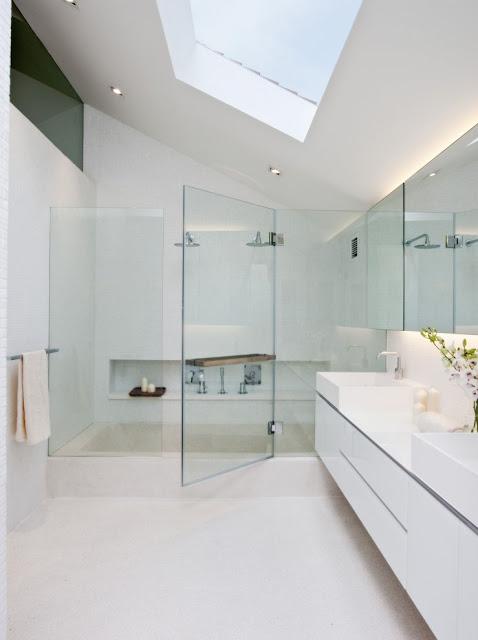 Desain interior ruko hitam putih, inspirasi kamar mandi