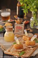 Croquetas de gorgonzola con coulis de pera y nueces
