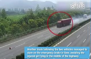 Video Xe container phanh 'cháy lốp' tránh bé gái rơi khỏi ôtô