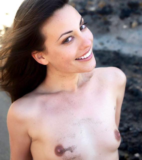 Пошлые девушки на природе WWW.EROTICAXXX.RU позируют без одежды (18+)