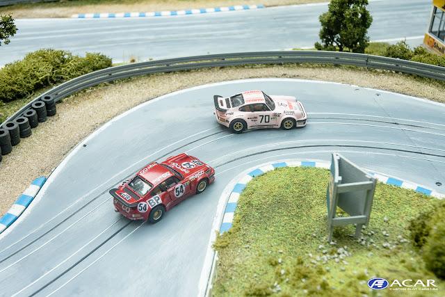 Zwei Porsche 934 Modelle im Maßstab 1:64