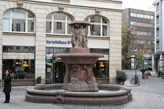 """Max Pommer gestaltete den Lipsia-Brunnen - der ursprüngliche Name war """"Puttenbrunnen"""", abgeleitet von den Engelsfiguren - erbaut wurde er 1913"""
