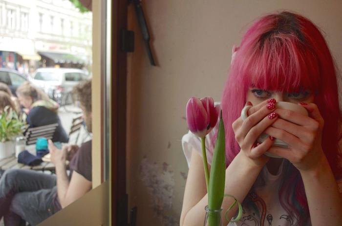 Lucia Clara beim Kaffee trinken, © Katrin Eissing