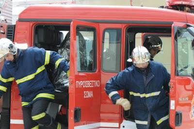 ΤΩΡΑ: Άνδρας απειλεί να πέσει στο κενό από κτήριο