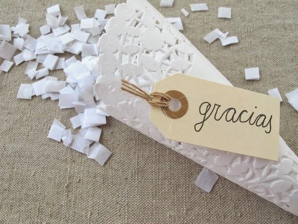 Hacer conos o cucuruchos de papel con blondas para el arroz, confeti o pétalos de boda