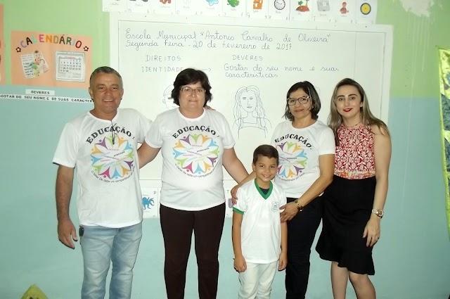 Alunos da Escola Municipal Antônio Carvalho recebem fardamento