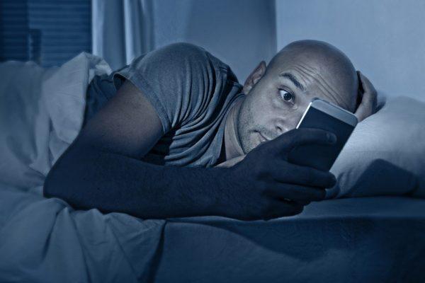 استخدام الهواتف الذكية يغير في شكل أجسادنا