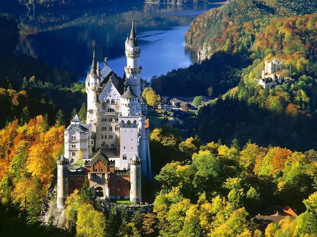 Castelo Neuschwanstein e ao fundo o Castelo Hohenschwangau