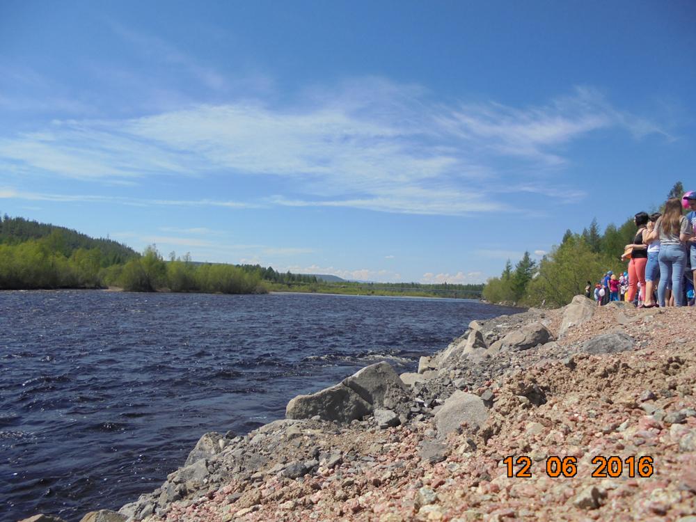 угрюмая якутская река. На самом деле не такая холодная, как кажется.
