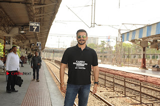 Bollywood Actor Vivek Oberoi Snapped Travelling by Local Train to Kelve  0001.JPG