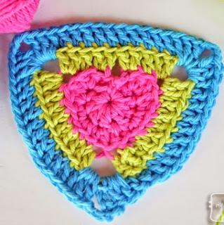 http://translate.google.es/translate?hl=es&sl=en&tl=es&u=http%3A%2F%2Fmymerrymessylife.com%2F2014%2F01%2Fcrochet-heart-triangle-pattern-crochet-a-long-free-pattern-3.html