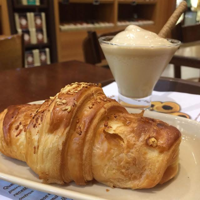 croissant de queijo e cafe crema casa bauducco