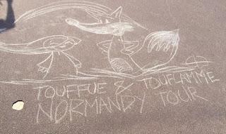 Touffue & Touflamme dessinés avec des galets sur la jeté  ©Guillaume Néel