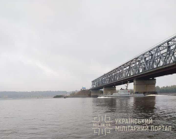 бронекатер типу МБАК прямує Дніпром до Одеси