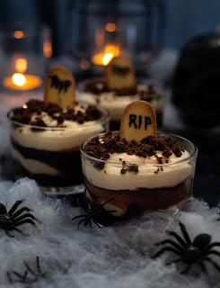 Verrine de tiramisu au brownie et coulis de chocolat pour Halloween façon cimetière