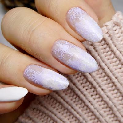 śnieg na paznokciach