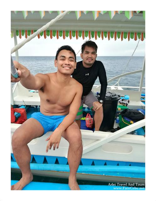 Mark Monta and Super Cebu Blogger at Pescador Islet