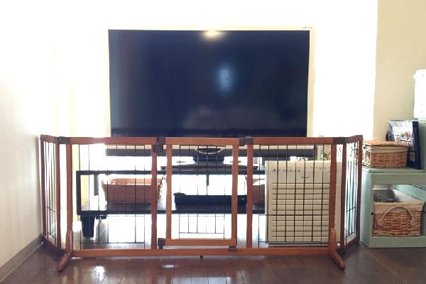 我が家のテレビ前ベビーゲートはリッチェルの置くだけドア付きゲート