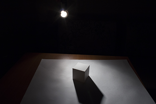 12-лампа-светит-на-куб