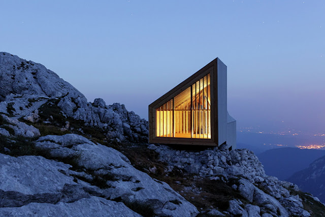 Diseño de cabaña de madera en las montañas