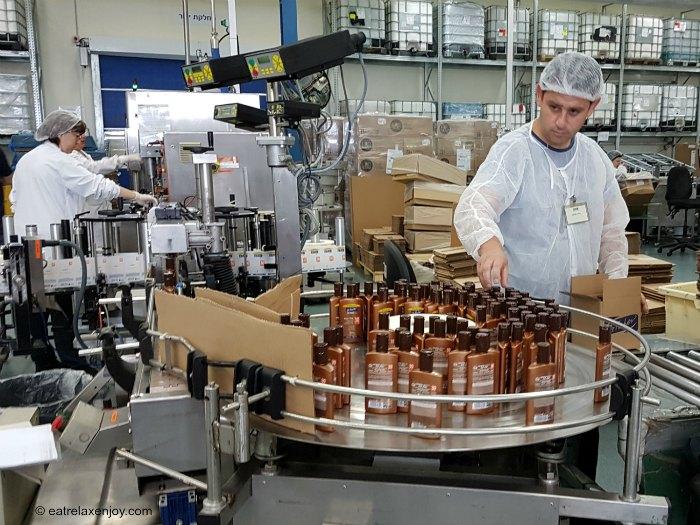 """מפעל ד""""ר פישר - פס ייצור אולטרסול, צילום: טלי שרון"""