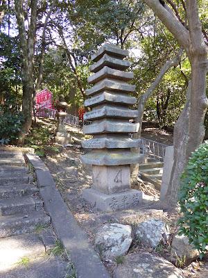 万年寺山の緑陰 十三重の石塔