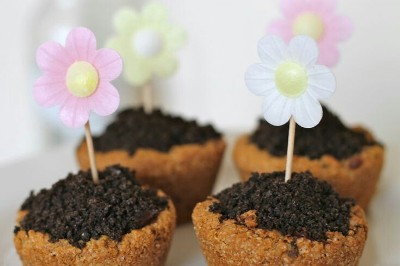 Flower pot cookies ini terbuat dari kue chocolate chip, chocolate ganache oreos, dan bunga wafer.