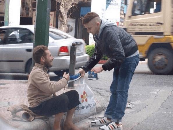 joven-ayudando-a-un-mendigo