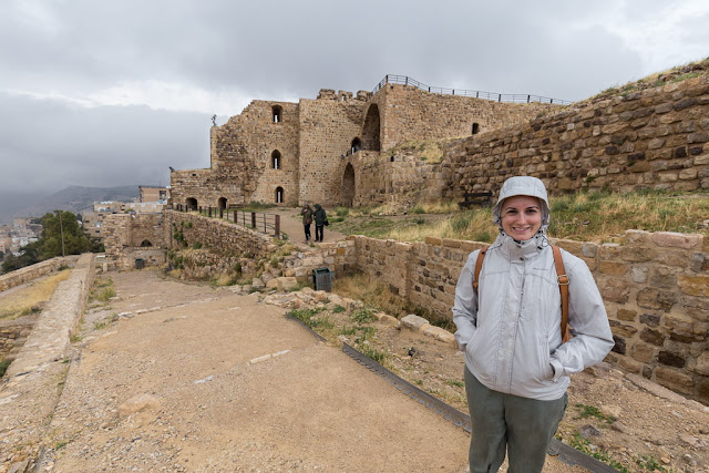 Lena frente al castillo de Al-Karak, Jordania