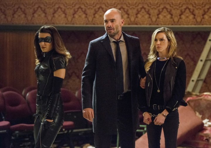 Juliana Harkavy, Katie Cassidy y Paul Blackthorne en Arrow de The CW